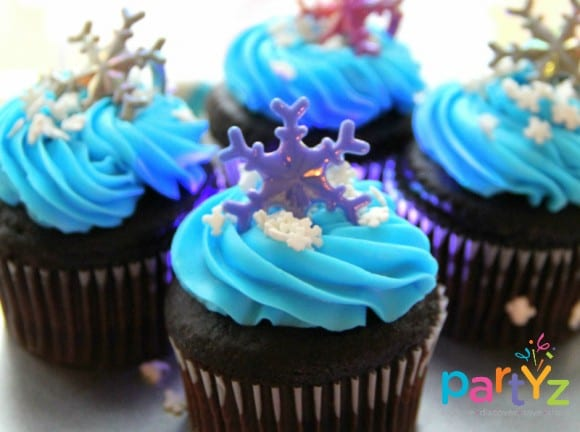 Frozen snowflake cupcakes | catchmyparty.com