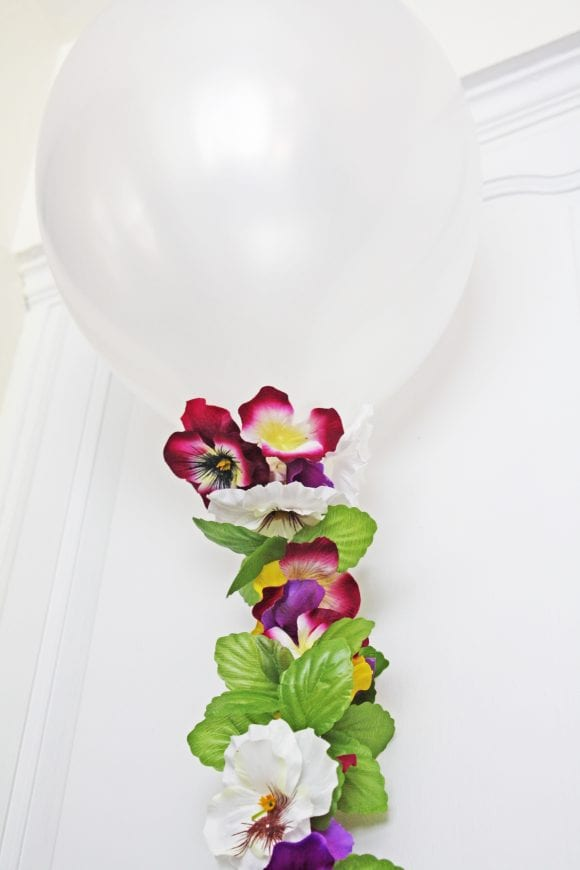 Beautiful flower balloon garland | CatchMyParty.com