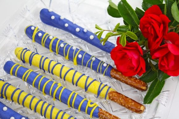 Drizzle the remaining pretzel rods | CatchMyParty.com