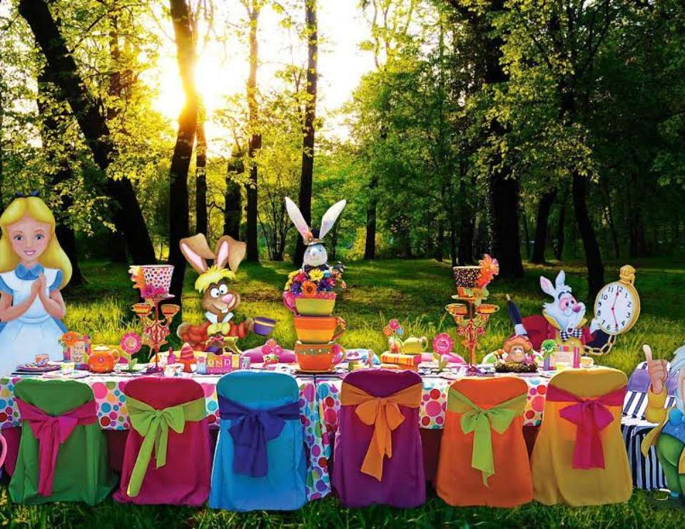 Alice in wonderland mad hatter party ideas it 39 s a mad for Mad hatter party props