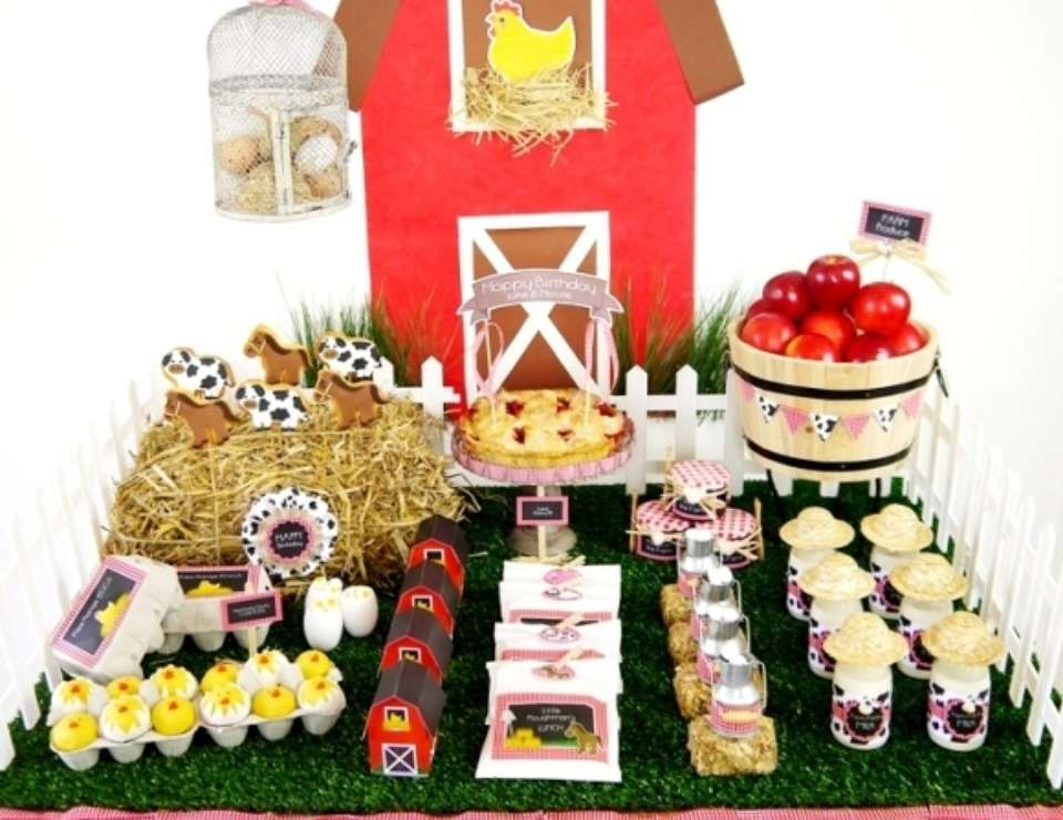 Barnyard farm animals birthday a joint barnyard for Animal party decoration
