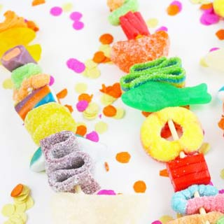Candy-kabob-party-favor-diy