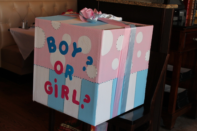 Paris / Baby Shower/Sip & See / Party Photo: Geder reveal box